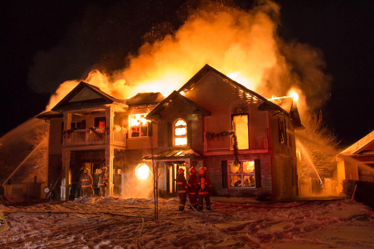 Violent incendie trois pistoles vid o for Assurance incendie maison