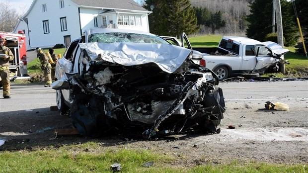 Une femme meurt dans une collision entre deux véhicules